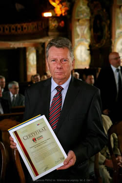 """Certyfikat """"Uczelnia Liderów 2014 """"  i wyró¿nienie """"Primus""""  dla PWSZ im. Witelona w Legnicy"""